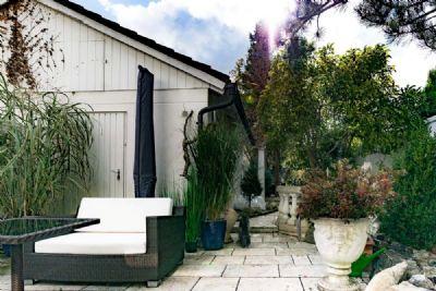 Blick zum Garten und Eingang Carport