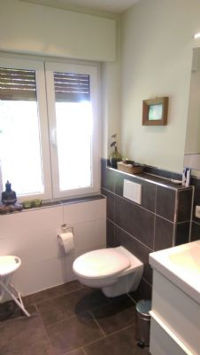 fast neues Bad mit Wand-WC und Waschtisch