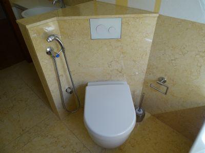 Marmorbad WC mit Hygienedusche