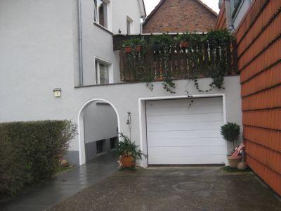 Bild 4 Eingangsbereich mit Balkon u. Garage