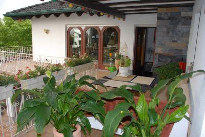 Blick von überdachter Terrasse zum Wohnzimmer