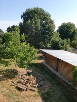 Blick obere Terrasse in Garten mit großer Eiche