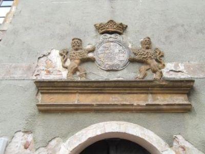 Das Pfalz-Sulzbachische Wappen über dem Eingang