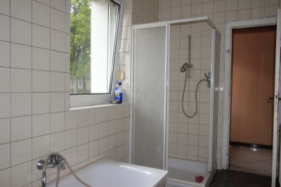 Badansicht mit Wanne und Dusche