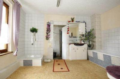 mit Fußbodenheizung und Extra-Dusche