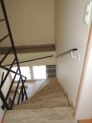 Ein gut begehbare Treppe führt in die 1. Etage.