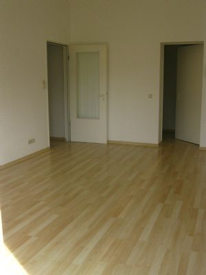Wohnzimmer mit 3 Innentüren und 1 Balkontür