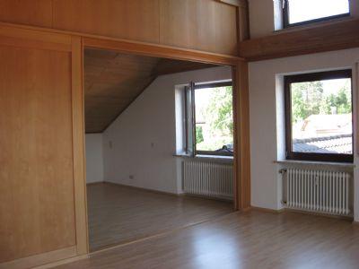 Wohnzimmer mit geöffneter Schiebetüre