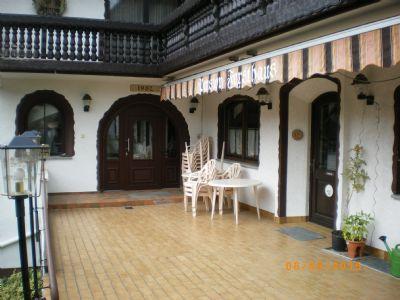 Terrasse mit Hotel- u. Restauranteingang