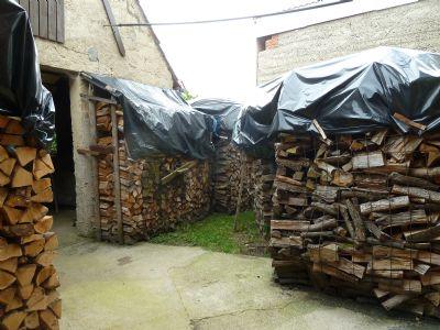 Holzlagerplatz hinter Scheune