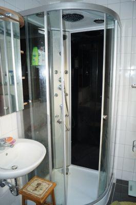 Modernes Duschbad in Appartement