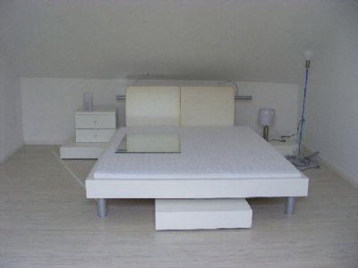 das Doppelbett ebenfalls in weiß