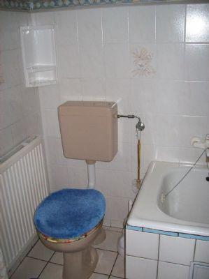 kleines Bad mit Toilette und Wanne
