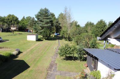 Garten mit Gartenhaus im Hintergrund