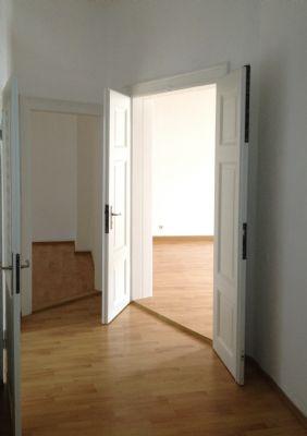 Blick vom Flur zum Wohnzimmer und -küche