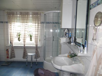 Badezimmer mit Eckdusche