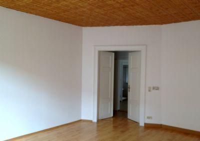 Wohnraum mit stilvollen Doppelflügeltüren