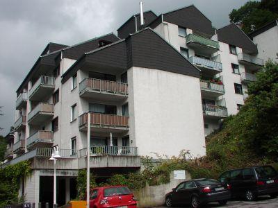Hausansicht, Wohnung mit Balkon oben, ganz rechts