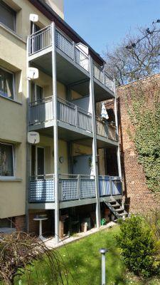 mittlerer Balkon mit Sonnenschirm