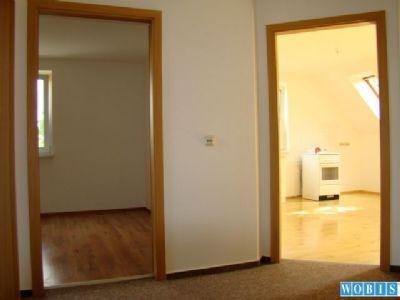 Blick in die Küche und ein Zimmer