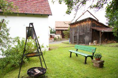 Blick auf Hof mit Holzschuppen