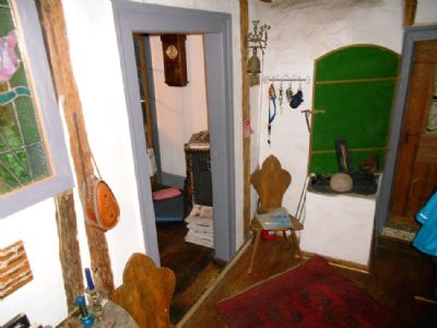 Diele mit alten Möbeln und Räucherkammer