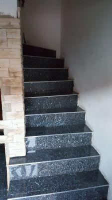 Treppe zum 1.OG (Bluepearl Granit)