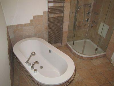 Das Bad mit Wanne und Dusche!