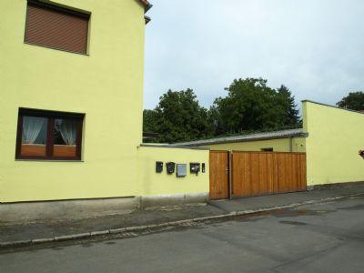 Hofzufahrt zum Hauseingang und den Garagen