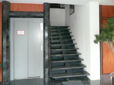 Aufzug und Treppe