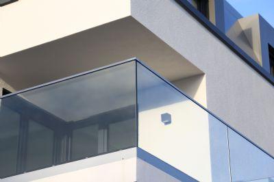 Detail Balkon Glasgeländer