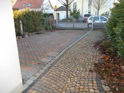 Farbig gepflasterte Hofeinfahrt