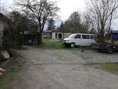 Zufahrt und 2 befestigte PKW-Stellplätze