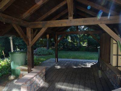 Massiver Holzpavillon