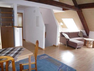 l ndlich gelegene gro z gig geschnittene dachgescho wohnung mit garage nur f r berufspendler. Black Bedroom Furniture Sets. Home Design Ideas