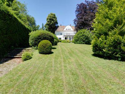 Blick vom Garten auf das Anwesen