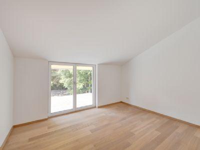 Elternschlafzimmer mit bodentiefen Fenstern