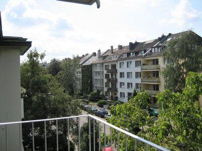 tolle wohnung mit kamin zwei balkonen und wohnk che. Black Bedroom Furniture Sets. Home Design Ideas