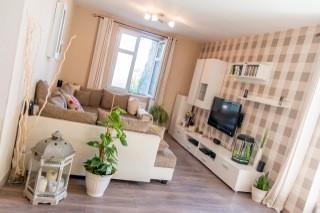stilvolles anwesen aufgeteilt in zwei eigenst ndige. Black Bedroom Furniture Sets. Home Design Ideas