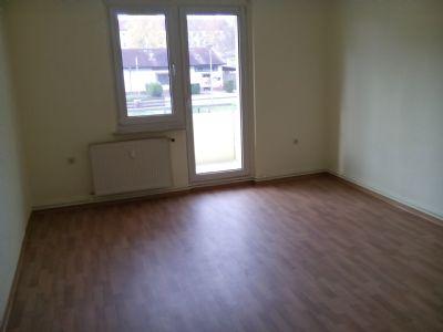 Wohnzimmer mit Zugang zum Balkon