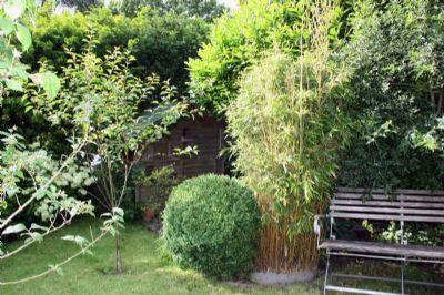 mit Platz für ein Gartenhaus und eine Sitzecke