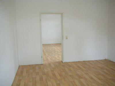 Blick vom Schlafzimmer in das Wohnzimmer