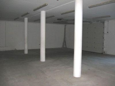 Lagerbereich mit Tor Bürogebäude
