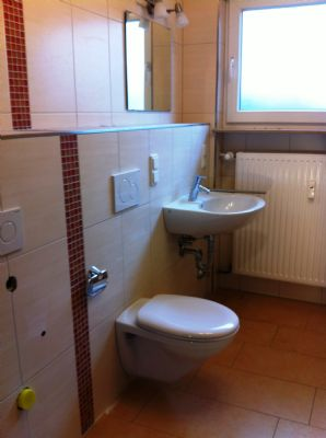 Bad (Platz f. Urinale oder Schrank)