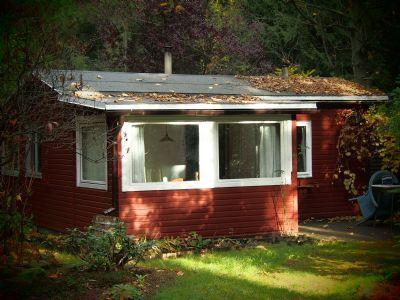 reizendes schwedenrotes waldholzhaus wochenendhaus tiny. Black Bedroom Furniture Sets. Home Design Ideas