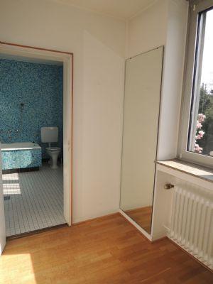Das Ankleidezimmer mit Blick in das Bad.