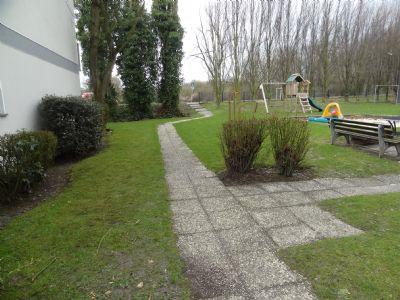 Außenbereich mit Kinderspielplatz