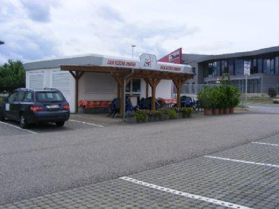 Parkkapazität, schöne Terrasse voll bestuhlt