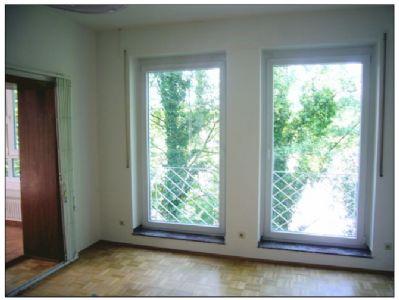 Bodentiefe Fenster, links Zugang zum Wintergarten
