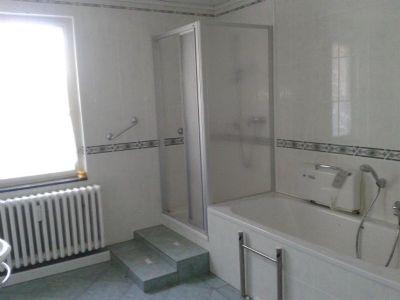 Bad mit Wanne und Dusche (1)